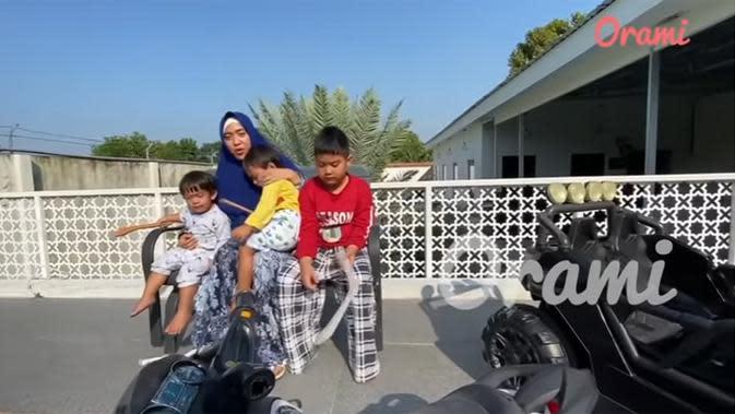 Di tengah pandemi corona, April bersama tiga anaknya sedang berjemur di lantai atas. Tempat ini juga sering dimanfaatkan untuk bermain anak-anaknya. (Youtube/Orami Indonesia)
