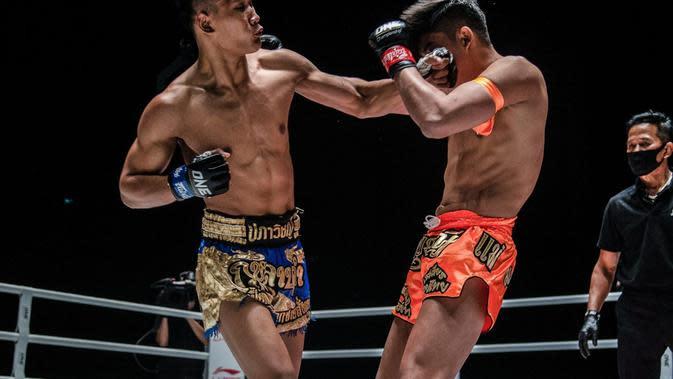 Kulabdam Sedang Memukul Wajah Sangmanee (One Championship)