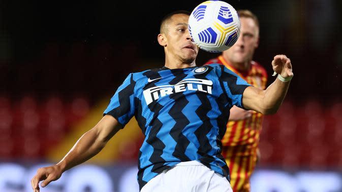 Penyerang Inter Milan, Alexis Sanchez mengendalikan bola saat bertandang ke markas Benevento pada laga giornata kedua Serie A di Stadio Ciro Vigorito, Rabu (30/9/2020). Inter Milan tanpa kesulitan berarti mencukur tim promosi Liga Italia Benevento 5-2. (Alessandro Garofalo/LaPresse via AP)