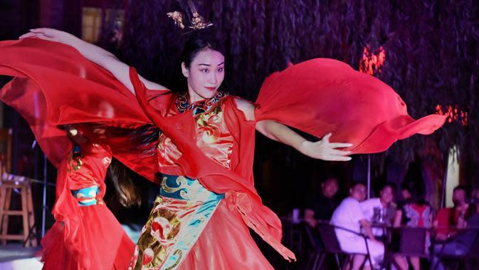 Para seniman menampilkan pertunjukan di kota kuno Luoyi di Luoyang, Provinsi Henan, China tengah, pada 7 Juli 2020. Berbagai bentuk tur malam hari di Luoyang menarik banyak wisatawan dan mendongkrak perekonomian. (Xinhua/Li An)
