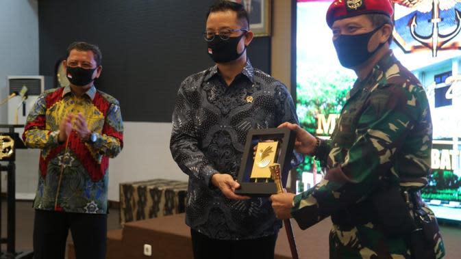 Menteri Sosial Juliari P. Batubara bersama Komandan Jenderal Kopassus Mayjen TNI I Nyoman Cantiasa.