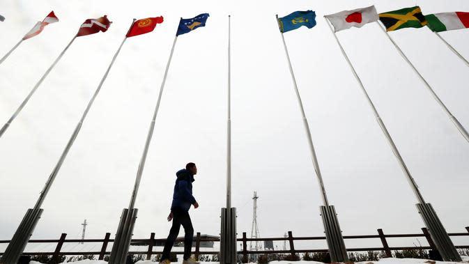 Sebuah tiang bendera kosong (tengah) sebelum digantung bendera Korea Utara jelang Olimpiade Musim Dingin 2018 di Stadion Olimpiade di Pyeongchang, Korea Selatan (1/2). (AFP Photo/Yonhap)