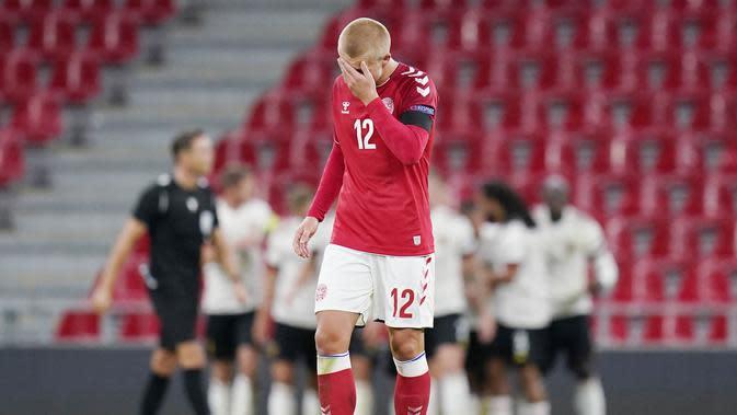 Pemain Denmark, Kasper Dolberg, tampak kecewa usai ditaklukkan Belgia pada laga UEFA Nations League di Stadion Parken, Minggu (6/9/2020). Belgia menang 2-0 atas Denmark. (Liselotte Sabroe/Ritzau Scanpix via AP)