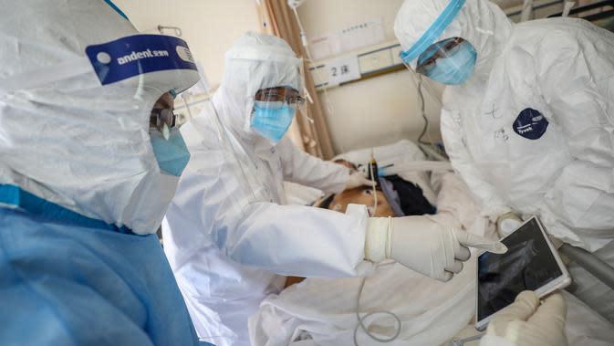 Dokter melihat layar saat memeriksa pasien yang terinfeksi virus corona COVID-19 di rumah sakit Palang Merah di Wuhan, 16 Februari 2020. Virus corona baru, Covid-19, telah mewabah hingga ke lebih dari 60 negara dimana dari kasus-kasus infeksi, ada lebih dari 3.000 kematian yang terjadi. (STR/AFP)