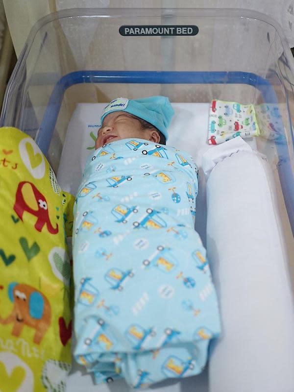 Melalui potret sang buah hati yang berada di dalam box bayi, pria yang diusung PDI-P untuk Pilakda Medan itu mengumumkan nama unik anak keduanya. (Instagram/ayanggkahiyang)