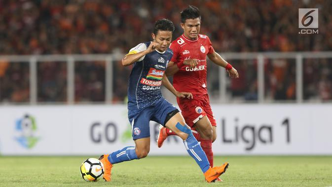 Pemain Persija, Sandi Sutte (kanan) mencoba menahan pergerakan kapten tim Arema FC, Dendi Santoso pada babak pertama lanjutan Liga 1 Indonesia 2018 di Stadion GBK, Jakarta, Sabtu (31/3). (Liputan6.com/Helmi Fithriansyah)