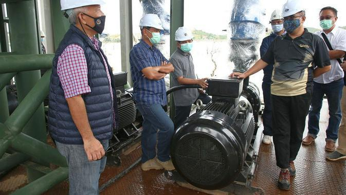 Pelaksana harian (PLH) Kepala BP Batam Purwiyanto meninjau proyek pipa transmisi dari Waduk Tembesi menuju ke Waduk Muka Kuning.