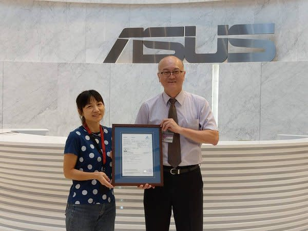 德國萊因董事總經理劉化傳(右) 就 ROG Phone 3 授證予華碩產品營運中心產品經理巫明珏(左)