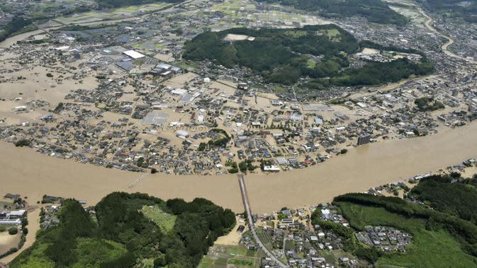 Banjir dan Tanah Longsor di Jepang: Banjir luapan Sungai Kuma merendam kawasan Hitoyoshi, Prefektur Kumamoto, Jepang, Sabtu (4/7/2020). Hujan deras memicu banjir dan tanah longsor di sejumlah wilayah Jepang. (Kyodo News via AP)