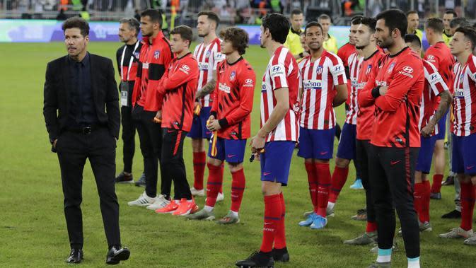 Pemain Atletico Madrid tampak lesu usai ditaklukkan Real Madrid pada laga Piala Super Spanyol di King Abdulla Sports City, Jeddah, Senin (13/1/2020). Real Madrid menang adu penalti 4-1 atas Atletico Madrid. (AP/Hassan Ammar)
