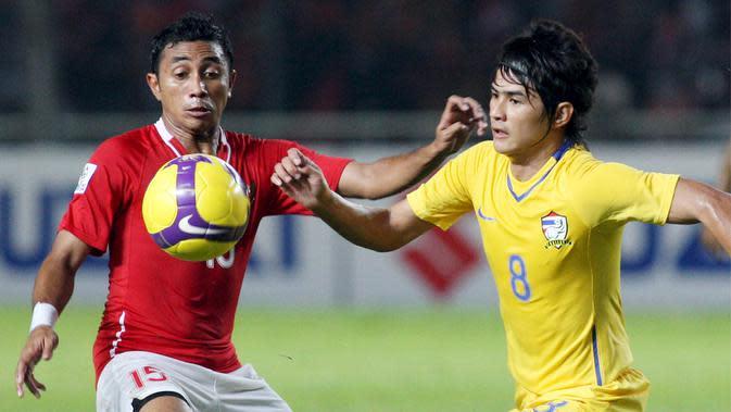 Pemain Thailand, Suchao Nutnum, berebut bola dengan pemain Indonesia, Firman Utina saat laga semi final AFF Suzuki Cup di Jakarta, Indonesia, (16/12/2008). Thailand menang 1-0. (EPA/Mast Irham)
