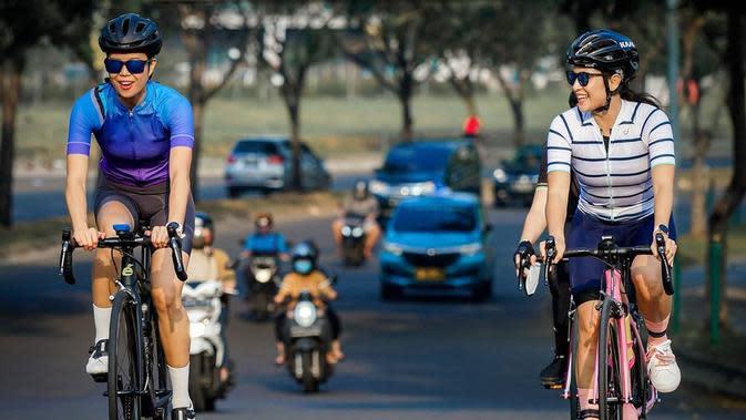 Bersepeda memang kegiatan yang cukup melelahkan, meski begitu, Dian tetap terlihat bersemangat. Terlihat ia mengunjungi berbagai daerah di Jakarta. Maka dari itu, Dian selalu menjaga keamanan dengan menggunakan helm. (Instagram/therealdisastr)