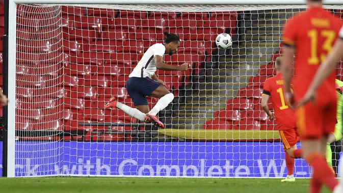 Dominic Calvert-Lewin dari Inggris, menyundul bola untuk mencetak gol selama pertandingan sepak bola persahabatan internasional antara Inggris dan Wales di stadion Wembley di London, Kamis 8 Oktober 2020. (Glynn Kirk / Pool via AP)