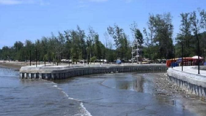 Wajah baru Pantai Air Manis yang legendaris di Kota Padang. (Liputan6.com/ Novia Harlina)