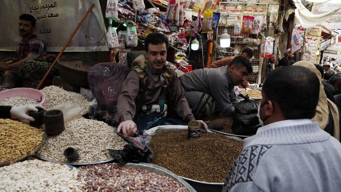 Warga membeli kacang-kacangan di sebuah pasar menjelang Hari Raya Idul Fitri di Sanaa, Yaman, Jumat (22/5/2020). Idul Fitri menandai berakhirnya bulan suci Ramadan. (Xinhua/Mohammed Mohammed)