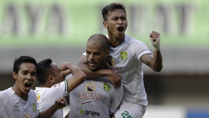 Pemain Persebaya Surabaya merayakan gol yang dicetak David Da Silva ke gawang Bhayangkara FC pada laga Shopee Liga 1 di Stadion Patriot Chandrabhaga, Bekasi, Sabtu (31/8). Persebaya menang 2-0 atas Bhayangkara. (Bola.com/Yoppy Renato)
