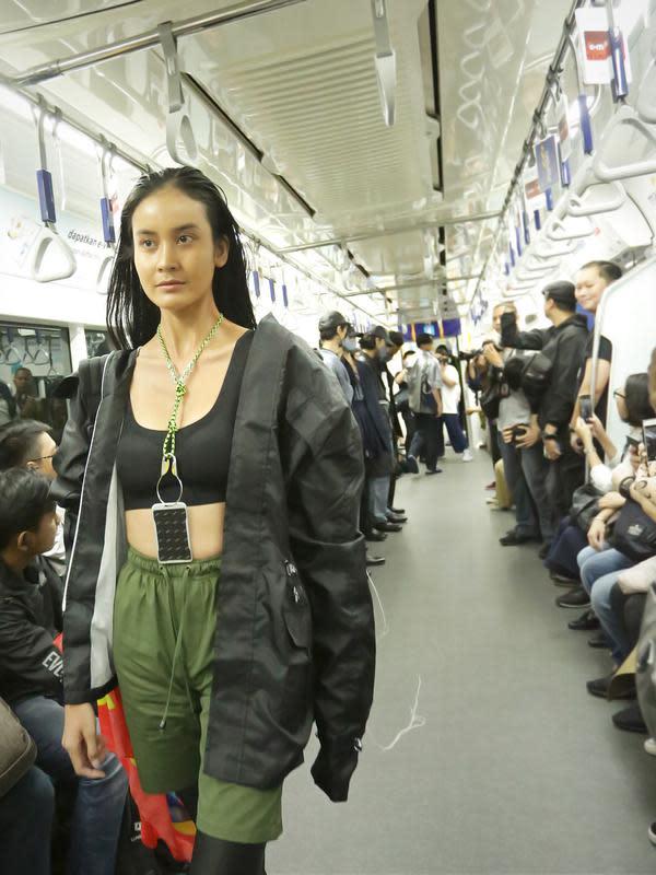 Commutting Life dipilih sebagai tema dari Fashion Rocks 2020 yang bertujuan untuk mengajak pengunjung menikmati serta menggunakan fasilitas umum seperti ruang publik yang dibuat lebih nyaman, dan pedestrian way yang diperbesar. (Bambang E Ros/Fimela.com)