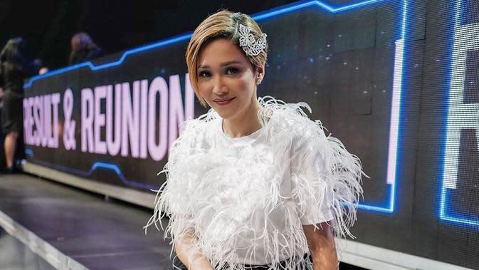 Penampilan Maia satu ini pun sempat mencuri perhatian netizen. Pasalnya, istri dari Irwan Mussry ini terlihat sangat elegan lengkap dengan aksesoris rambutnya. (Liputan6.com/IG/@maiaestiantyreal)