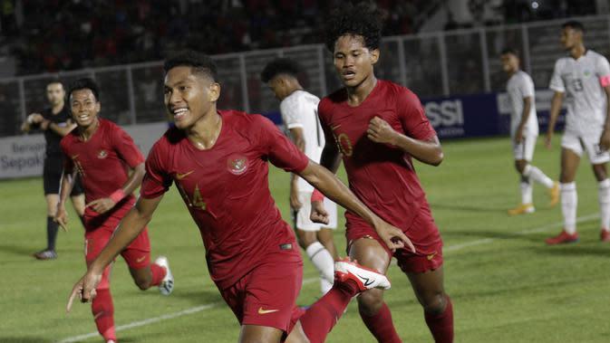 Pemain Timnas Indonesia U-19, Muhammad Fajar Fathur, merayakan gol yang dicetak le gawang Timor Leste pada laga Kualifikasi Piala AFC U-19 2020 di Stadion Madya, Jakarta, Rabu, (6/11/2019). Indonesia menang 3-1 atas Timor Leste. (Bola.com/M Iqbal Ichsan)