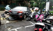 又是酒駕惹禍 轎車連撞8汽機車翻車路中央