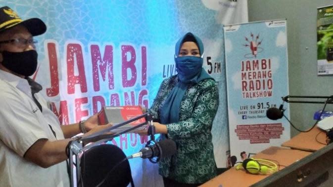 Penyerahan program belajar daring melalui siaran radio di Kabupaten Musi Banyuasin Sumsel (Dok. Humas Pemkab Musi Banyuasin / Nefri Inge)