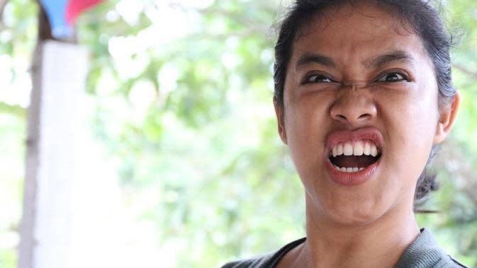 Pertama, Ozi ini kelahiran Blitar, 19 Desember 1988. Sejak remaja, sudah menetap di Yogyakarta. Ia juga sempat kuliah di Isipol Komunikasi Universitas Muhammadiah Yogyakarta (UMY), namun tak diteruskan dan lebih memilih fokus tekuni seni peran. (Instagram/ozie_zie)