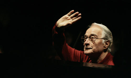 """FILE - In this Sept. 26, 2007 file photo Maestro Bruno Bartoletti waves to the audience as he takes to the podium at the beginning of rehearsal for Verdi's """"La Traviata"""" at the Lyric Opera of Chicago. An Italian music company says maestro Bruno Bartoletti, who was associated with the Lyric Opera of Chicago for a half-century, has died a day before his 87th birthday, Sunday, June 9, 2013. Maggio Musicale Fiorentino said Bartoletti died in a Florence hospital Sunday after a long illness. In a career that saw Bartoletti conduct into his 80s, he served as the first music director of Chicago's Lyric Opera, starting as guest conductor there in 1956, when he was relatively unknown. Conducting frequently in Italy, Bartoletti was artistic director at Maggio Musicale from 1986-1991. He also conducted in Buenos Aires and at Milan's La Scala. (AP Photo/M. Spencer Green, File)"""