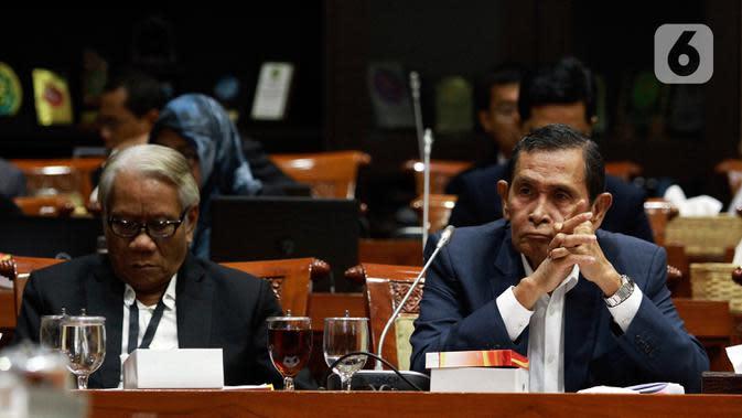 Dewan Pengawas KPK Tumpak Hatorangan Panggabean (kanan) dan Harjono saat Rapat Dengar Pendapat (RDP) dengan Komisi III DPR di Kompleks Parlemen, Jakarta, Senin (27/1/2020). RDP membahas rencana kinerja KPK tahun 2020 serta tugas Dewan Pengawas. (Liputan6.com/Johan Tallo)