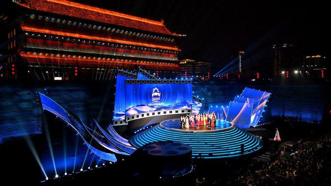 Foto pada 11 Oktober 2020 ini menunjukkan upacara pembukaan Festival Film Internasional Jalur Sutra ke-7 di Xi'an, ibu kota Provinsi Shaanxi, China barat daya. Acara yang berlangsung enam hari ini diikuti lebih dari 3.000 film dari 116 negara dan kawasan. (Xinhua/Zhang Bowen)