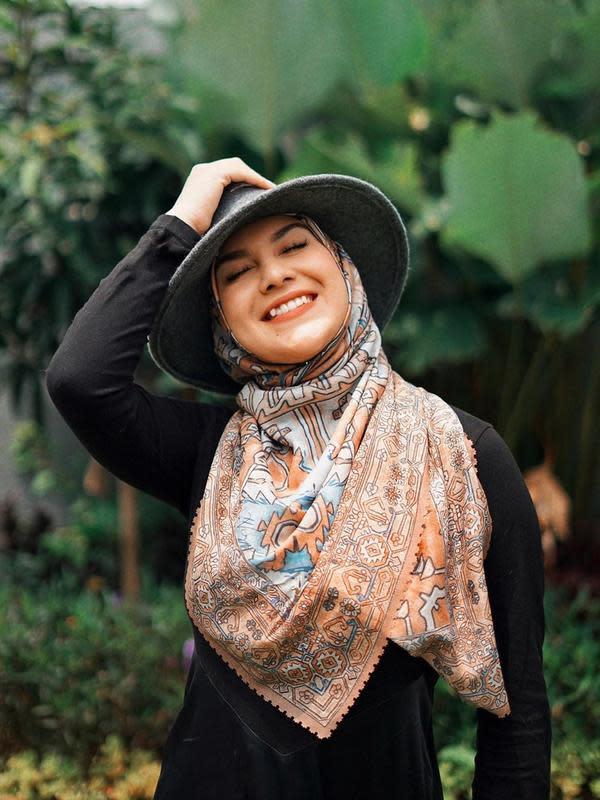 Inspirasi busana hijab dengan topi ala Irish Bella. (dok. Instagram @_irishbella_/https://www.instagram.com/p/B73SGkYDQzu//Adhita Diansyavira)