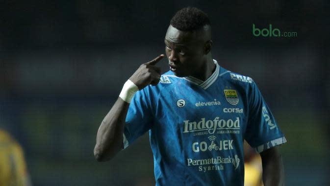 Pemain Persib Bandung, Ezechiel N'Douassel saat melawan Mitra Kukar pada laga Liga 1 Indonesia di GBLA, (8/4/2018). Persib Bandung menang 2-0. (Bola.com/Nick Hanoatubun)
