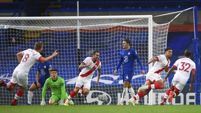 Pemain Southampton Che Adams (kedua kanan) melakukan selebrasi usai mencetak gol ke gawang Chelsea pada pertandingan Liga Premier Inggris di Stamford Bridge, London, Inggris, Sabtu (17/10/2020). Pertandingan berakhir dengan skor 3-3. (Mike Hewitt/Pool via AP)