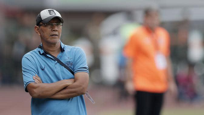 Pelatih PSIS Semarang, Bambang Nurdiansyah, saat melawan Persija Jakarta pada laga Liga 1 di Stadion Patriot, Bekasi, Minggu (15/9). Persija menang 2-1 atas PSIS. (Bola.com/M Iqbal Ichsan)