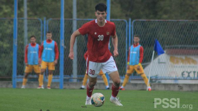 Elkan Baggot menjalani debutnya bersama Timnas U-19 Indonesia saat melawan Makedonia Utara dalam laga uji coba di Stadion NK Junak Sinj, Split, Minggu (11/10/2020). (foto: PSSI)