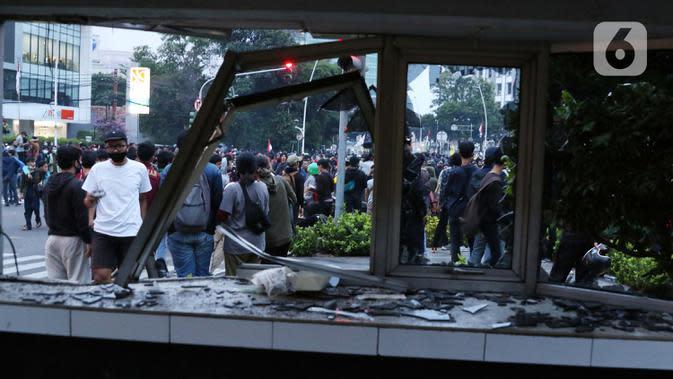 Kondisi Pos Polisi yang dirusak massa di kawasan Gondangdia, Jakarta, Kamis (8/10/2020). Aksi anarkis massa dilakukan saat berunjuk rasa menentang disahkan Omnibus Law UU Cipta Kerja. (Liputan6.com/Helmi Fithriansyah)
