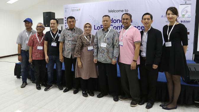 Direktur Emtek Group Yuslinda Nasution (tengah) berfoto bersama dalam Indonesia Long Range Conference (IDLoRaCon) 2019 di Function Hall Emtek City, Jakarta, Rabu (14/8/2019). IDLoRaCon digelar kedua kalinya untuk mediskusikan bagaimana mengembangkan IoT di Indonesia. (Liputan6.com/Herman Zakharia)