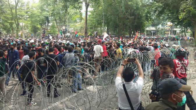 Petugas berhasil mengamankan ratusan pendemo terkait kericuhan dalam unjuk rasa menfolk UU Cipta Kerja (Omnibus Law) di Kota Medan, Sumatera Utara (Sumut).