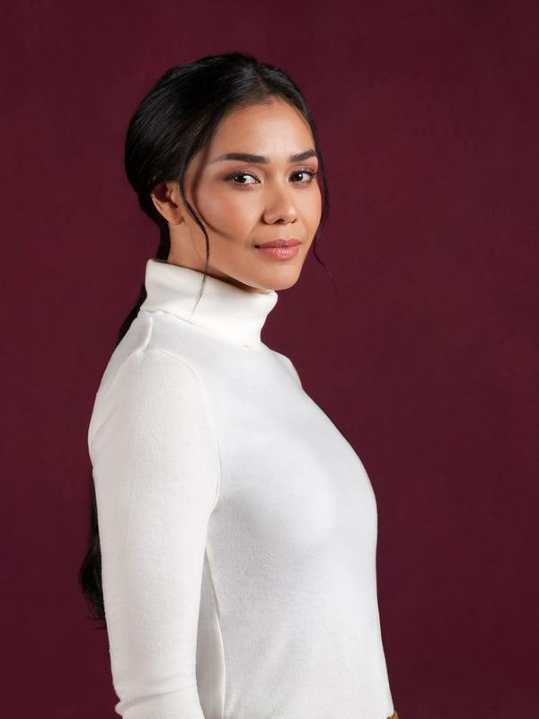 Uniqlo mendorong perempuan lebih percaya diri dengan mengenakan turtleneck (Foto: UNIQLO)