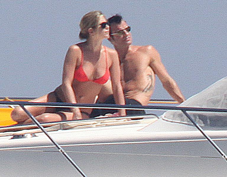 EXCLUSIVE: **STRICTLY NO WEB UNTIL 11PM PST ON JULY 3rd, 2012**PREMIUM RATES APPLY** Jennifer Aniston and shirtless Justin Theroux share a romantic breakfast on holiday in Capri, Italy