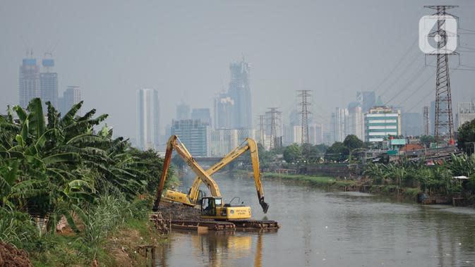 Petugas Dinas Sumber Daya Air dengan alat berat mengeruk sampah bercampur lumpur di aliran Banjir Kanal Barat, Jakarta, Rabu (14/10/2020). Pemprov DKI terus melakukan pengerukan serta pembersihan untuk mencegah pendangkalan juga mengantisipasi banjir di musim hujan. (Liputan6.com/Immanuel Antonius)