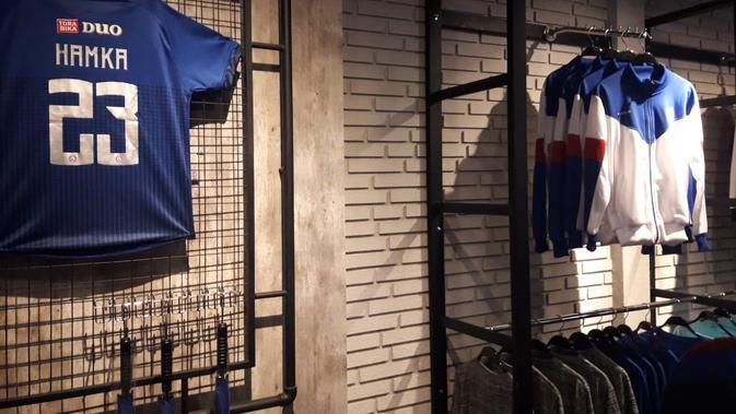 Arema Store menjual pernak-pernik resmi Arema FC mulai dari jersey, gantungan kunci, jaket, hingga kaus. (foto: Liputan6.com/Lutfie Febrianto)