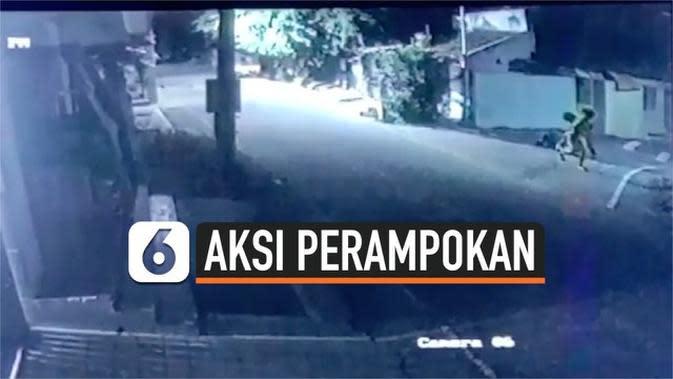 VIDEO: Rekaman Dua Pemuda Rampok dan Serang Sopir Ambulans