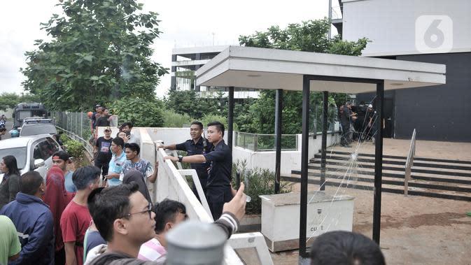 Sejumlah fasilitas AEON Mall Jakarta Garden City yang dirusak warga di Cakung, Jakarta Timur, Selasa (25/2/2020). Sekelompok warga menyerang fasilitas fisik AEON Mall Jakarta Garden City karena dituding sebagai penyebab permukiman mereka kebanjiran. (merdeka.com/Iqbal S Nugroho)