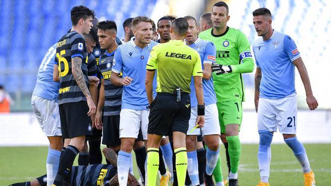 Striker Lazio, Ciro Immobile, melakukan protes kepada wasit saat melawan Inter Milan pada laga Liga Italia di Stadion Olimpico, Roma, Minggu (4/10/2020). Kedua tim bermain imbang 1-1. (Fabrizio Corradetti/LaPresse via AP)