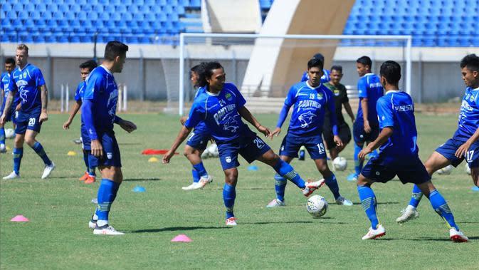 Persib saat sesi latihan di Stadion Si Jalak Harupat, Soreang, Selasa (10/9/2019).