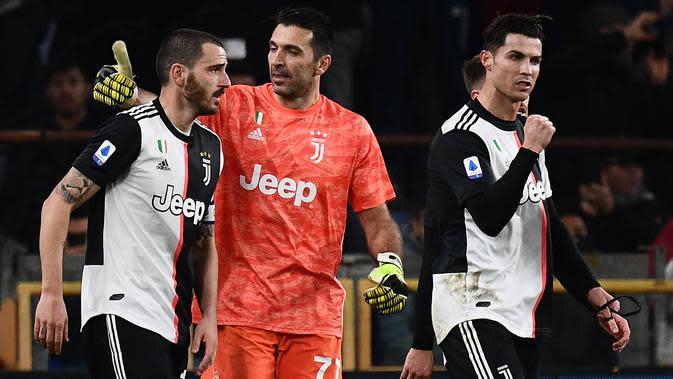 Pemain Juventus, Leonardo Bonucci, Gianluigi Buffon dan Cristiano Ronaldo merayakan kemenangan atas Sampdoria pada laga Serie A 2019 di Stadion Luigi Ferraris, Rabu (18/12). Juventus menang 2-1 atas Sampdoria. (AFP/Marco Bertorello)