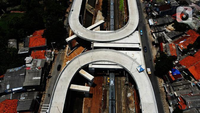 Foto dari udara proyek pembangunan jalan Flyover Tanjung Barat, Jakarta, Kamis (1/10/2020). Flyover yang ditargetkan rampung pada November 2020 tersebut mempunyai panjang total 880 meter, di sisi barat depan IISIP 430 meter dan sisi timur 450 meter. (merdeka.com/Imam Buhori)