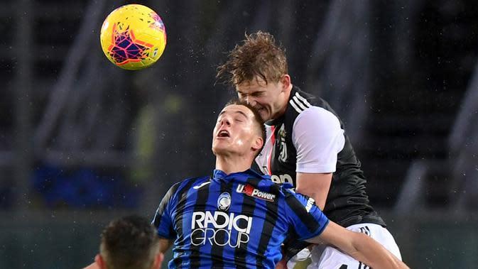 Bek Juventus, Matthijs de Ligt, duel udara dengan gelandang Atalanta, Mario Pasalic, pada laga Serie A Italia di Stadion Atleti Azzurri, Bergamo, Sabtu (23/11). Atalanta kalah 1-3 dari Juventus. (AFP/Miguel Medina)