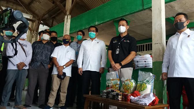 Menteri Sosial, Juliari P Batubara membagikan Bansos paket sembako Presiden, kepada warga terdampak Covid-19 di Jatimakmur, Pondokgede, Bekasi (Foto: Liputan6/Bam Sinulingga)