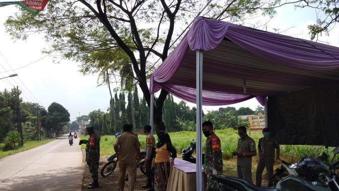 Sosialisasi PSBB Bekasi dilakukan antara lain di Desa Taman Rahayu, Setu, Kabupaten Bekasi yang berbatasan dengan Cileungsi, Bogor. (Liputan6.com/Bam Sinulingga)